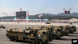 """韩国""""玄武-3""""巡航导弹在建军65周年阅兵式上亮相。(2013年10月1日)"""