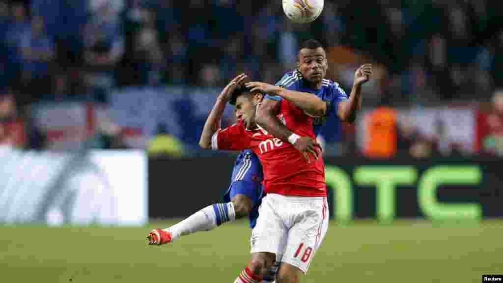 Ashley Cole do Chelsea (topo) em disputa pela bola com o benfiquista Eduardo Salvio, na partida final do Campeonato da Europa em Amsterdão (Maio 2013)
