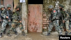 2013年11月9日参加峨眉山中印联合反恐军演的两国军人(资料照片)