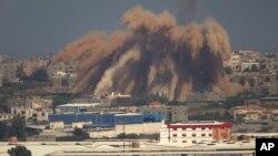 Humo y escombros se elevan luego de un bombardeo israelí en la Franja de Gaza el miércoles.