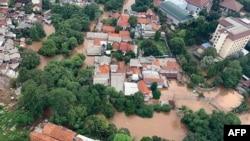 Banjir melumpuhkan ibu kota Jakarta, 1 Januari 2020. (Foto: BNPB via AFP).
