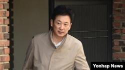 박근혜 전 대통령 법률대리인인 유영하 변호사가 20일 서울 삼성동 박 전 대통령 자택을 나서고 있다. 유 변호사는 이 날 박 전 대통령 자택에 6시간 가량 머문 후 떠났다.