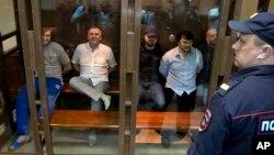 Các bị can trong vụ sát hại ký giả Politkovskaya chờ thẩm phán tuyên án trước tòa án ở Moscow, 9/6/14