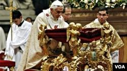 El portavoz del Vaticano dijo que Benedicto XVI no navega por la web, pero que utiliza a sus colaboradores para que busquen información en el internet.