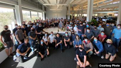 Moorissa Tjokro bersama CEO Elon Musk dan tim Autopilot di acara peluncuran fitur FSD (dok: Moorissa)