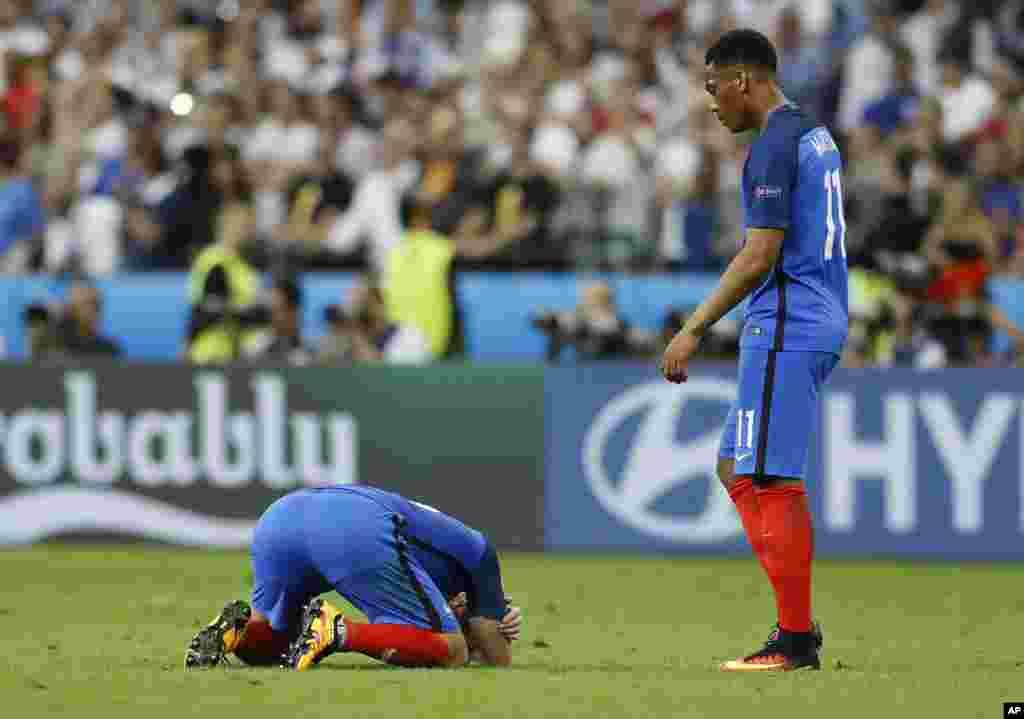 Les joueurs français, tristes à la fin du match entre le Portugal et la France au Stade de France à Saint-Denis, 10 juillet, 2016.
