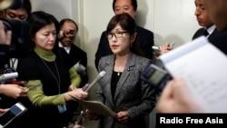 이나다 도모미 일본 방위상이 지난 6일 도쿄에서 북한의 미사일 발사에 관한 기자들의 질문에 답하고 있다.