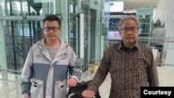 2021年1月28日上午,郭飞雄(左)从广州白云机场前往上海准备搭乘国际航班赴美,出发前与送行的维权律师刘正清合影 (刘正清分享图片)