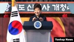 박근혜 한국 대통령이 10일 경북 안동시에서 열린 경상북도 신청사 개청식에서 축사를 하고 있다.