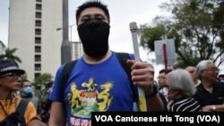 有反水貨客示威者穿上印有殖民時期港英政府徽章的T恤