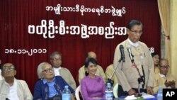 ທ່ານ Tin Oo, (ຢືນຢູ່ເຄິ່ງກາງ), ປະທານຂອງພັກສັນນິບາດແຫ່ງຊາດ ເພື່ອປະຊາທິປະໄຕ ຫລື NLD ຂອງທ່ານນາງອອງຊານ ຊູຈີ ກ່າວຄໍາປາໃສ ໃນກອງປະຊຸມຂອງພັກ ໃນວັນທີ 18 18, 2011. (AP Photo/Khin Maung Win)