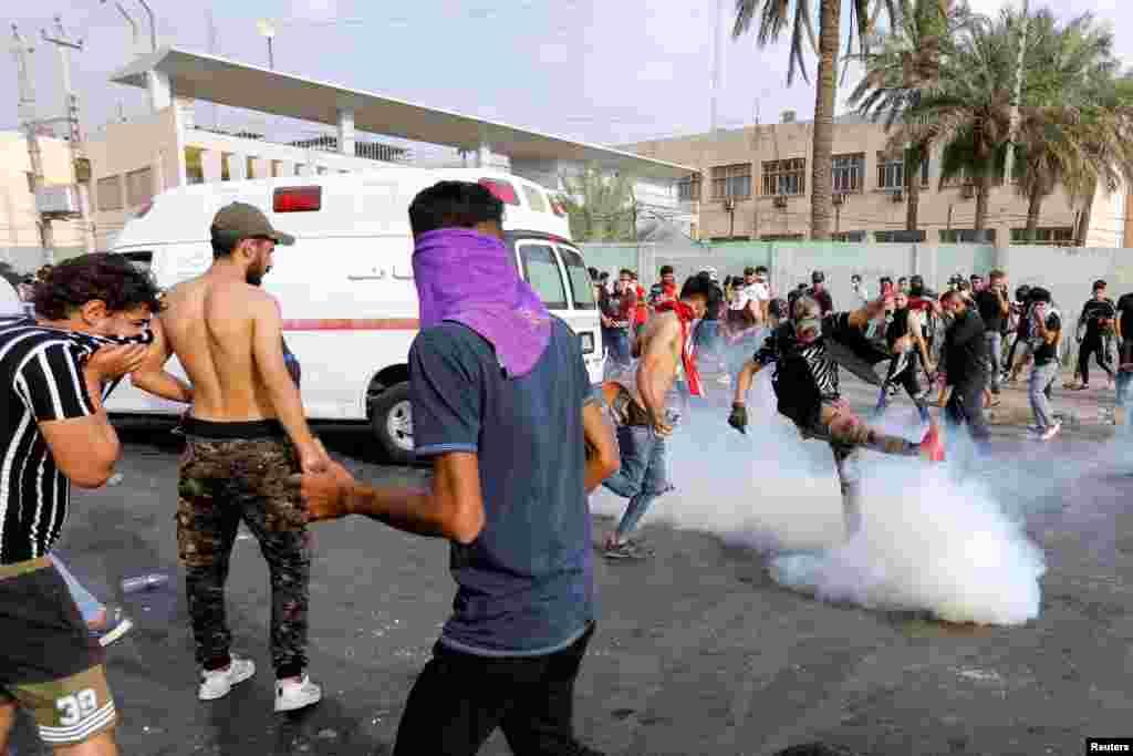 مظاہرین کے خلاف پولیس نے آنسو گیس شیل کا استعمال کیا جس کے بعد صورتِ حال مزید بگڑ گئی۔