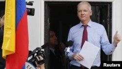 Pendiri Wikileaks, Julian Assange berpidato dari balkon Kedubes Ekuador (Foto: dok).