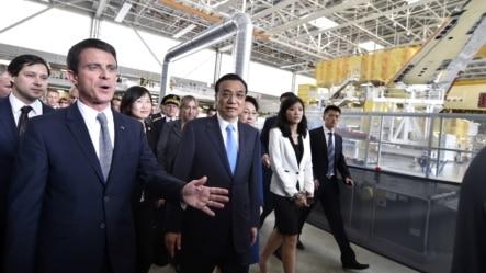 法国总理瓦尔斯(左)陪同中国总理李克强参观图卢兹附近的空客A360组装厂(2015年7月2日)