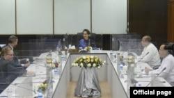 အေမရိကန္ ႏုိင္ငံတကာ ဖြ႔ံၿဖိဳးေရး ဘ႑ာေရး ေကာ္ပိုေရးရွင္း DFC ရဲ႕ အမႈေဆာင္ အရာရွိခ်ဳပ္ Adam Boehlerနဲ႔ ႏုိင္ငံေတာ္ အတိုင္ပင္ခံ ပုဂၢိဳလ္ ေဒၚေအာင္ဆန္းစုၾကည္ႏွင့္ေတြ႔ဆံု (ဓါတ္ပံု-Myanmar State Counsellor Office)