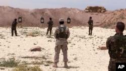 Wapiganaji wa Kiarabu wa Syria wakipata mafunzo ya kutumia silaha.