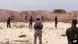 Des Syriens s'entraînent au maniement d'armes dans le nord de la Syrie, le 21 mai 2016.