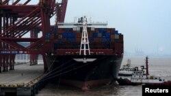 지난달 14일 중국 저장성 저우산 항에 무역선이 정박해 있다. (자료사진)