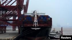 停靠在浙江省舟山港的一艘货轮。(2016年2月14日)