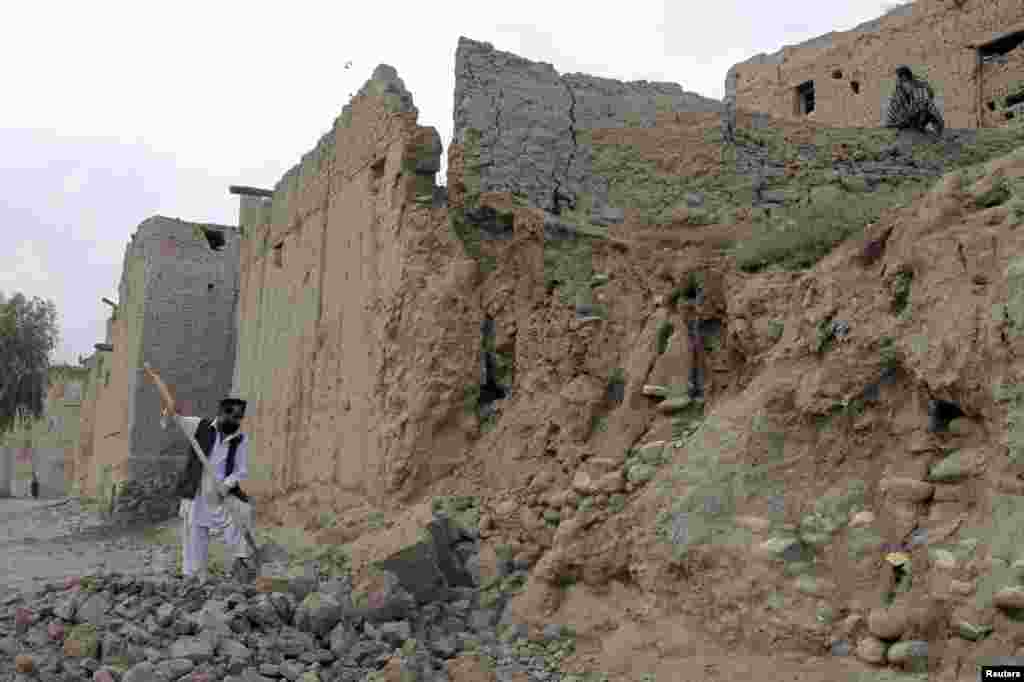 جلال آباد میں شدید زلزلے کے باعث کئی مکانات منہدم ہو گئے۔