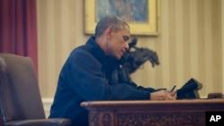 Qo'shma Shtatlarda ikki odamda virus aniqlangani ketidan Obamaga bosim oshib borayapti.