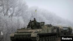 Anggota angkatan bersenjata Ukraina tidak jauh dari Debaltseve, Ukraina timur, 15 Februari 2015.