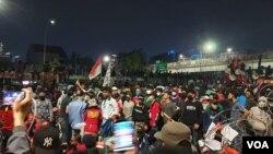 Massa aksi yang menolak omnibus law Cipta Kerja dalam aksi protes di Depan Gedung DPR RI, Jakarta bulan Juli lalu. (VOA/Sasmito)
