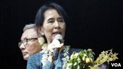Aung San Suu Kyi saat memberikan pidato di hadapan pendukungnya di markas besar Partai Liga Demokrasi Nasional (NLD) pada hari Minggu.