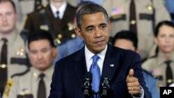 Presiden Barack Obama memberikan pidato mengenai proposal soal kontrol kepemilikan senjata di depan para polisi di Minneapolis, negara bagian Minnesota, Senin (4/2).