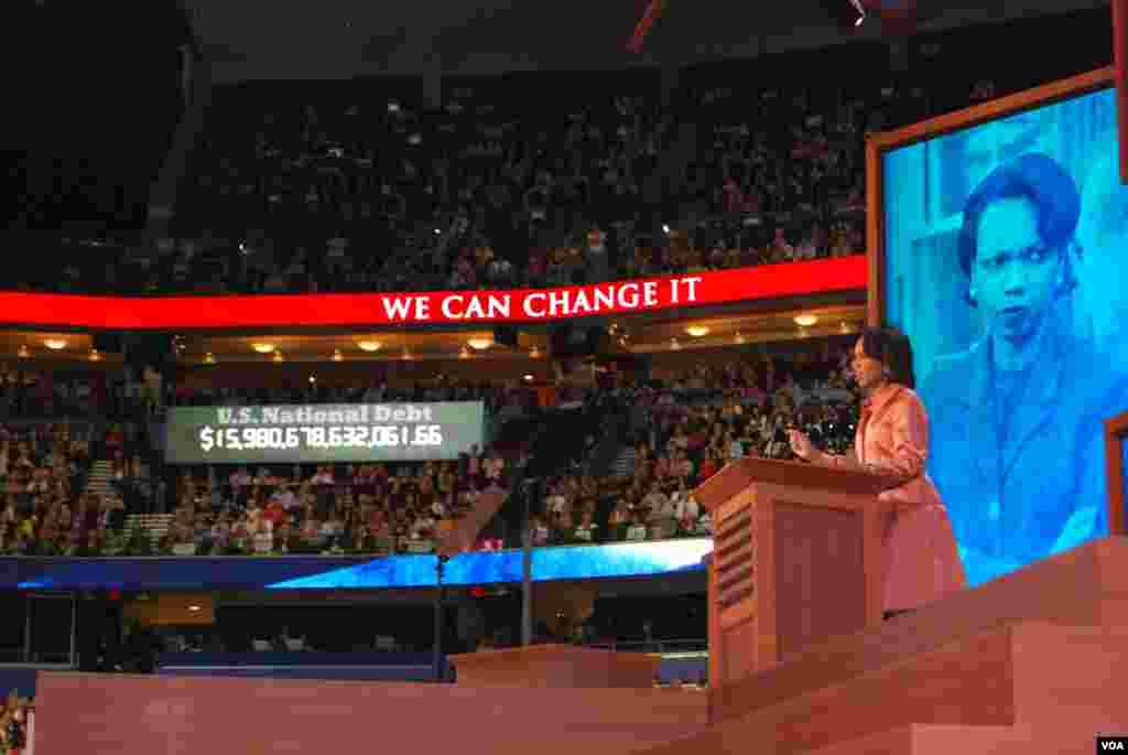 L'ancienne secrétaire d'Etat américaine Condoleezza Rice s'adressant à la foule à Tampa. (J. Featherly/VOA)