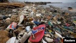 Sampah plastik dan styrofoam di pantai Cilincing, Jakarta, Indonesia, 26 November 2018. (Foto: Willy Kurniawan/Reuters)