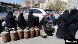 7일 예멘 수도 사나의 주유소 앞에서 가정 주부들이 조리용 가스를 얻기 위해 줄을 서 있다.