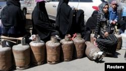 Wasu mata a kasar Yemen wadanda ke jiran a cika bututunsu da iskar gas