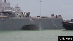 Khu trục hạm USS John McCain được kéo vào Singapore sau tai nạn va tàu.