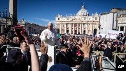 El Papa Francisco utilizará un jeep descapotable. El mismo con el que se desplazó por la plaza de San Pedro y en su visita a la isla de Lampedusa.