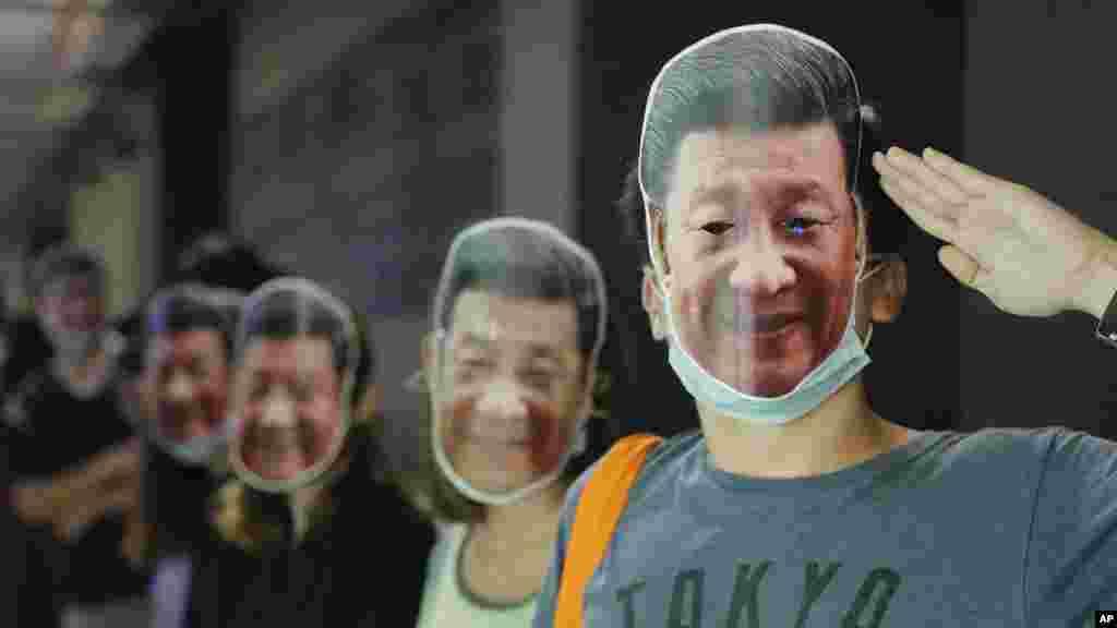 Los manifestantes usan máscaras del presidente chino Xi Jinping en Hong Kong.