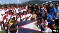 La selección que representa a la Federación de Fútbol de Samoa Estadounidense tras su histórica primera victoria ante Tonga.