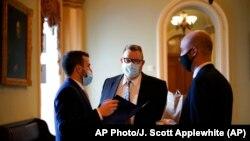 Сенатор Джо Тестер в кулуарах Сенату під час розгляду стимуляційного пакету, 6 березня 2021 року