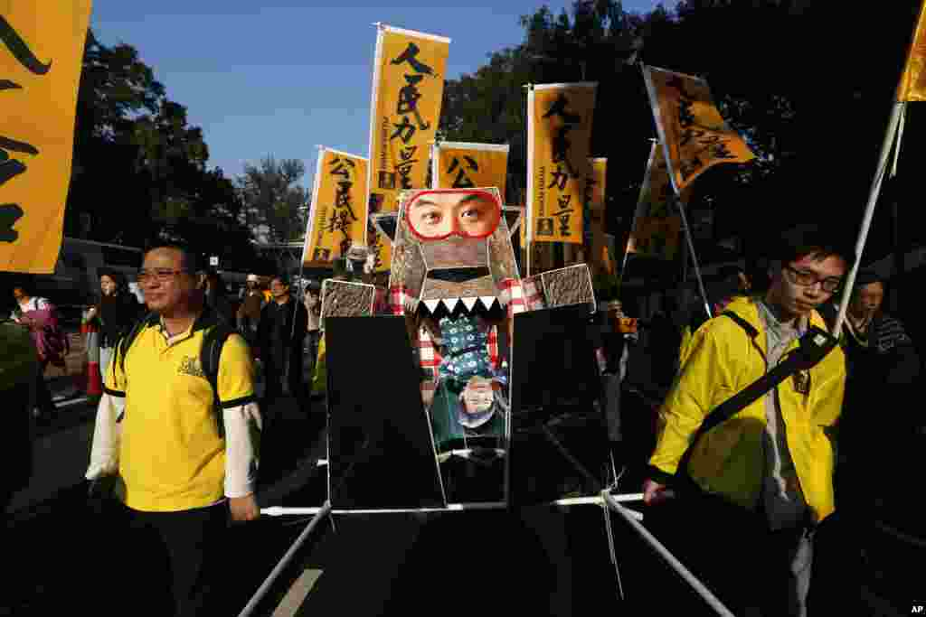 Thousands of protesters were in the streets, some of whom were holding an effigy of a wolf representing Hong Kong's Chief Executive Leung Chun-ying, Hong Kong, Jan. 1, 2014.