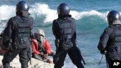 La police italienne a évacué un camp de migrants après une émeute à Ventimiglia, Italie, le 30 septembre 2015.