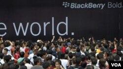 Para calon konsumen berdesakan dalam launching Blackberry Bold atau lebih dikenal dengan Bellagio November lalu di salah satu mall terkmuka di Jakarta. Mereka tergiur dengan iming-iming diskon 50 persen untuk 1000 pembeli pertama (foto: dok).