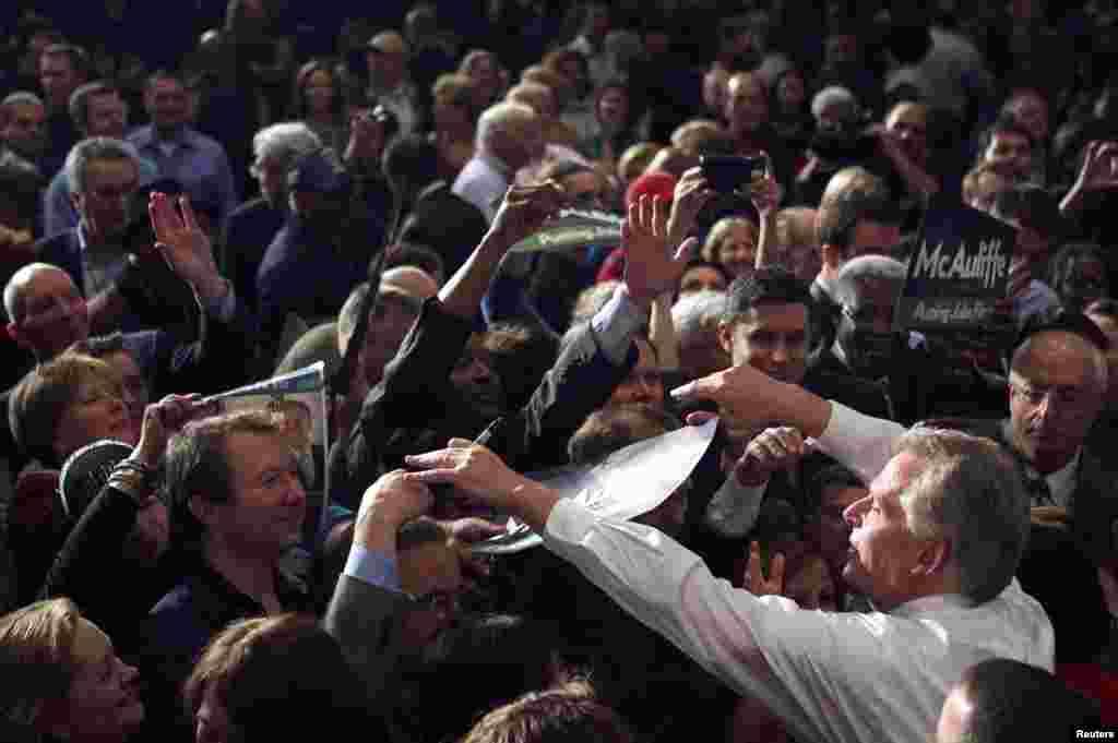 5일 공화당의 켄 쿠치넬리 후보를 근소한 차이로 누르고 버지니아 주지사에 당선된 민주당의 테리 맥컬리프 후보가 지지자들에게 인사를 하고 있다.
