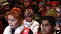 지난 1월 레바논의 난민촌 임시학교에서 교사의 말에 귀를 기울이고 있는 시리아 난민 어린이들. (자료사진)