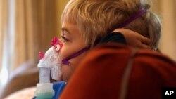 Selon les experts, l'asthme touche de plus en plus de personnes, surtout dans les pays occidentaux. Ici, Carter Howard regarde la télévison pendant son traitement contre l'asthme, le 15 octobre 2013.
