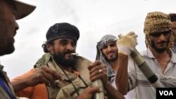 Pejuang Revolusi Libya mempersiapkan misil untuk penyerangan akhir di Sirte (3/10).