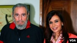 Foto de archivo del líder cubano Fidel Castro junto a la presidenta argentina, Cristina Fernández de Kirchner.