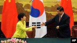 Tổng thống Nam Triều Tiên Park Geun-hye (trái) và Chủ tịch Trung Quốc Tập Cận Bình họp tại Đại sảnh đường Nhân dân ở Bắc Kinh 27/6/13