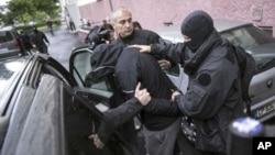 Polisi Perancis menangkap 12 orang tersangka radikal Islamis berusia antara 19 dan 34 tahun, Senin (15/12).