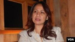 Aktivis perempuan Indonesia Rotua Valentina Sagala. (VOA/Alina Mahamel)