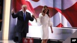 Capres Partai Republik, Donald Trump berjalan di panggung konvensi bersama istrinya, Melania di Cleveland, Ohio, Senin (18/7).